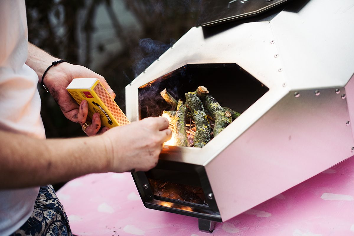 ooni-pro-pizza-oven-pic-set-fire