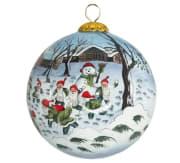 Julekule nisser kaster snøball