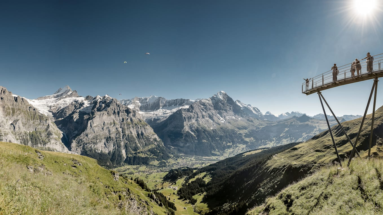 Grindelwald First Cliff Walk Paragliders am Himmel