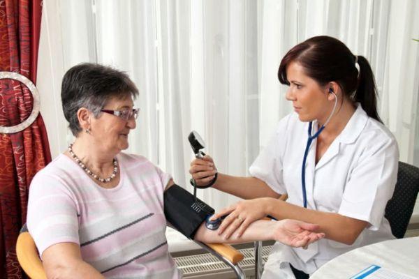 Кровеносные сосуды женщин стареют быстрее мужских, что приводит к риску ранних заболеваний сердца