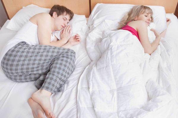 О чем говорят ночные позы во время сна
