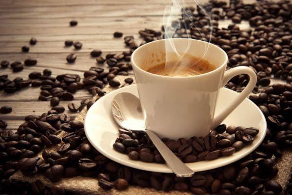 Диетологи рассказали, как правильно питаться любителям кофе и сигарет