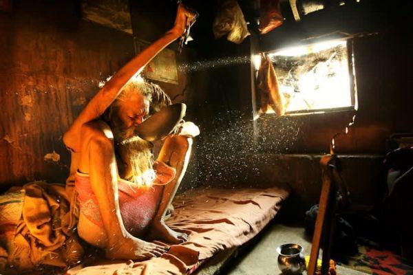 Индус держит поднятую руку уже 47 лет – что с ней произошло к этому времени