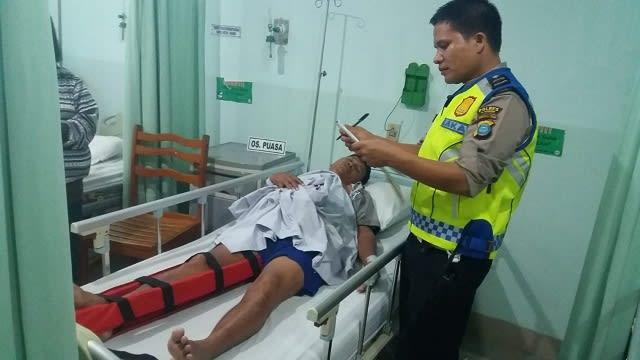 Personil Unit Laka melihat kondisi Ponnis Silalahi opname di RS Vita Insani