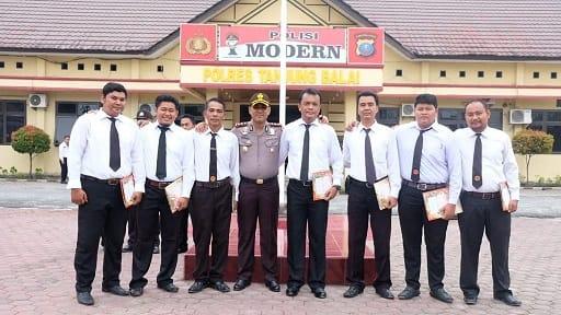 Kapolres Tanjung Balai AKBP Putu Yudha Prawira photo bersama Kasat Intelkam dan Enam Personil yang menerima Penghargaan