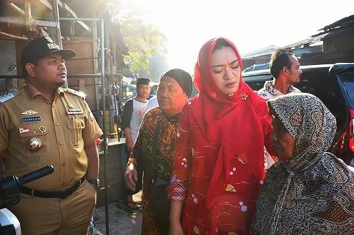Wali Kota Tanjung Balai H.M Syahrial dan Ketua TP PKK saat berbincang bincang dengan pedagang yagng kios nya terbakar
