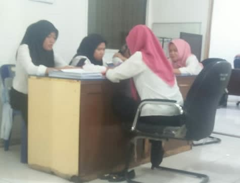 Beberapa tenaga honor yang duduk duduk didepan salah satu kantor OPD