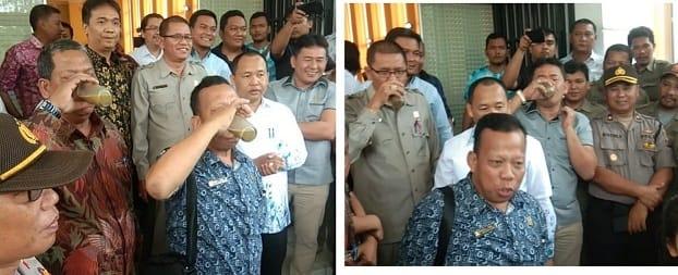 Para perwakilan DPRD Siantar meminum jamu yang diberikan massa DPC Himapsi Siantar disela sela aksi demo