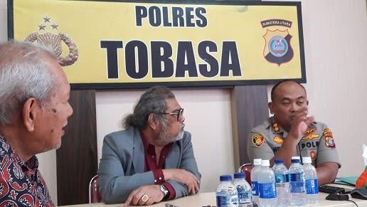 Ketua Komnas PA Arist Merdeka Sirait saat di Polres Tobasa
