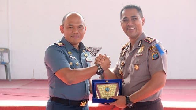 Kapolres Tanjung Balai AKBP Putu Yudha Prawira dan Danlanal TBA Letkol Laut (P) Dafris salam komando