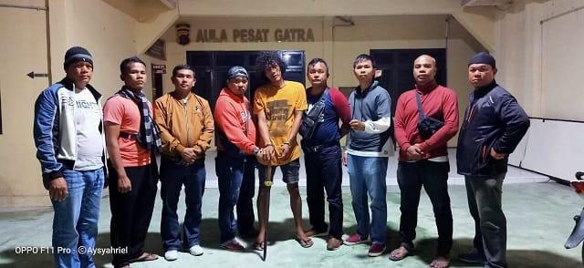 Pelaku SB alias Bek dan barang bukti parang diapit Timsus Gurita Polres Tanjung Balai
