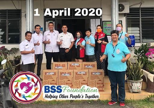 BSS Foundation photo bersama Camat Siantar Selatan Jupiter Sitepu usai menyerahkan bantuan alat semprot Disinfektan