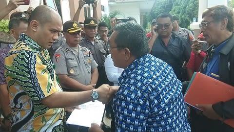 Ketua Pengurus YMAHK, Marulam Pandiangan, SH serahkan surat tuntutan kepada Humas PN Siantar Simon C.P Sitorus, SH, MH