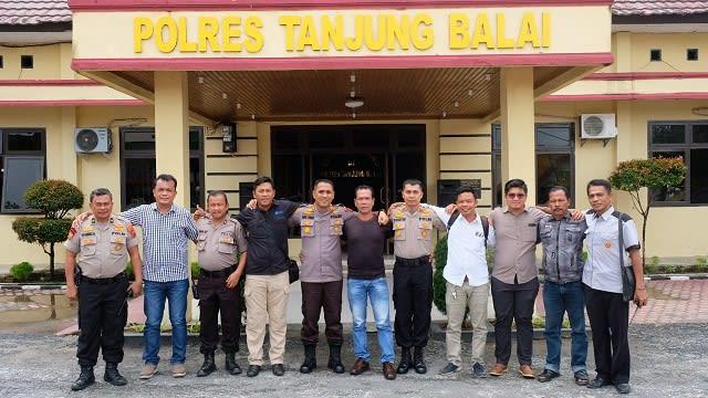 Kapolres Tanjung Balai AKBP Putu Yudha Prawira photo bersama Pengurus KNTI usai menerima audiensi