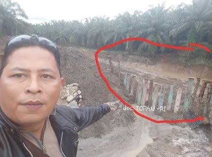 Simon Nainggolan menunjukkan tembok yang hancur di buat tahanan sementara