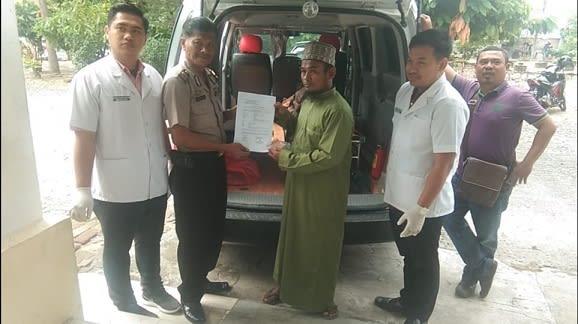 Wakapolsek IPTU Edi Wuriyanto, SH kepada perwakilan keluarga disaksikan dokter muda diruangan jenajah RSUD dr Djasamen Saragih