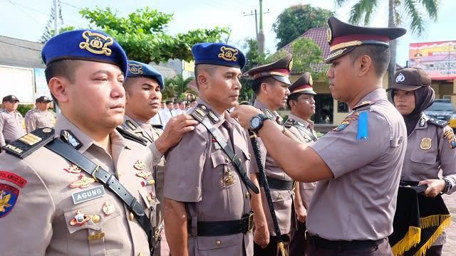Kapolres Tanjung Balai AKBP Putu Yudha Prawira saat memasang tanda jabatan kepada IPTU Togar Samosir sebagai Kasatpol Air