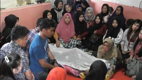 Efrida Dewi Ningsi boru Hasibuan menangis jenajah anaknya Febri Pratama yang disemayamkan dirumah duka