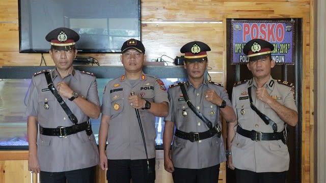 Kapolres Simalungun AKBP Heribertus Ompusunggu, SIK, MSI photo bersama ketiga perwira yang di sertijab