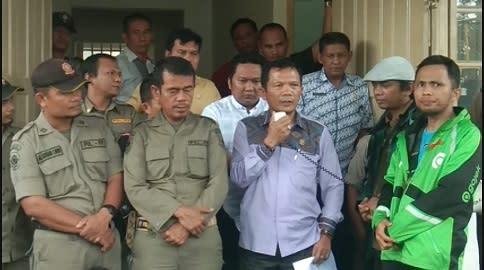 Daud Simanjuntak anggota Komisi 3 DPRD Kota Siantar saat menerima aksi demo puluhan Draiver GoJek