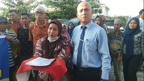 Ani boru Simbolong didampingi penasehat hukum mereka