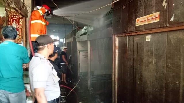 Kapolsek Siantar Barat IPTU Subagya saat olah TKP dan melihat petugas damkar menyemprotkan air untuk memastikan kobaran api sudah padam