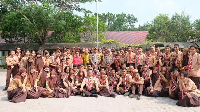Kapolres Tanjung Balai AKBP Putu Yudha Prawira photo bersama dengan para pelajar SMAN 2 usai tatap muka