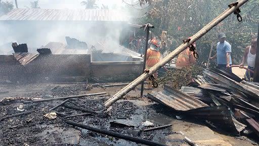 Petugas Damkar saat memadamkan kobaran api