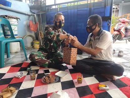 Danlanal TBA Letkol Laut (P) Robinson Hendrik Etwio saat menyerahkan tali asih kepada Irawan Ambon yang sedang sakit