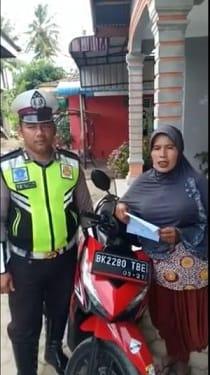 Ibu Halimah dan personil Sat Lantas Polres Simalungun yang telah membantu pembayaran denda E-Tilang nya