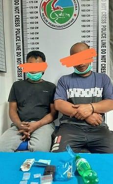Pelaku Maen dan Satria beserta barang bukti diruangan Satres Narkoba Polres Siantar