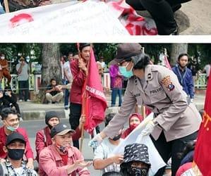 Para Polwan Polres Pematangsiantar bagikan bunga dan permen kepada puluhan mahasiswa yang unjuk rasa
