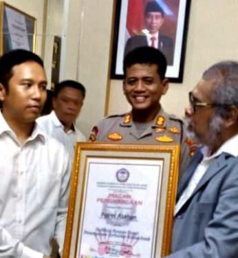Ketua Umum Komnas PA Arist Merdeka Sirait menyerahkan Penghargaan kepada Kapolres Asahan AKBP Nugroho Dwi Karyanto dan Kasat Reskrim