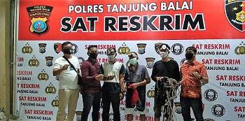 Ketiga Pelaku Spesialis Pencurian Burung Walet dan barang bukti diapit Tekab Sat Reskrim Polres Tanjung Balai