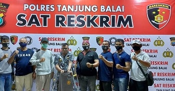 Pelaku SDP alias Surya diapit Tekab Sat Reskrim Polres Tanjung Balai