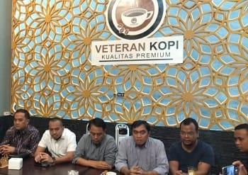 Ketua DPRD Tebing Tinggi Basyaruddin Nasution bersama lima anggota dewan konfrensi pers menolak AKD