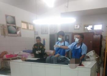 Mayat Pardomuan Ginting mau dibawa pulang setelah diautopsi Tim Forensik Ruangan Jenajah RSUD dr Djasamen Saragih Kota Siantar
