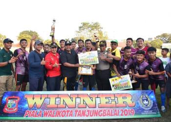 Wali Kota Tanjung Balai H.M Syahrial SH MH menyerahkan Trophy Wali Kota Cup kepada Tim Putra Tanjung FC yang meraiih juara 1