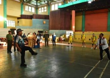 Wali Kota Tanjung Balai H.M Syahrial, SH, MH melakukan penendangan bola pertama membuka resmi Turnamen Sepak Takraw dan Futsal