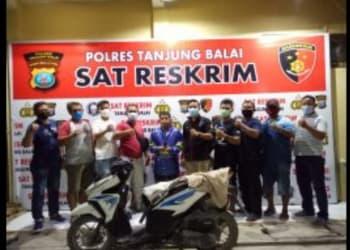 Pelaku Hendra Franky Telaumbanua alias Hendra dan barang bukti diapit Tim I Tekab Sat Reskrim Polres Tanjung Balai