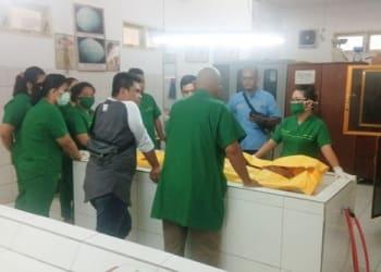 Tim Forensik dan Personil Polres Tanjung Balai saat memasukkan jenajah korban diruangan otopsi