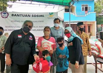 Ketua Umum Komnas PA Arist Merdeka salurkan 75 paket Bansos kepada anak di Cengkareng Timur