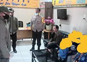 Pelaku BJ dan korban serta saksi saat di Polsek Saribudolok