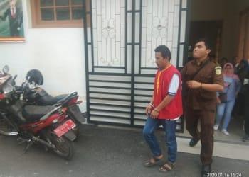 Terdakwa Heru Aldiansyah digiring petugas Walta Kejari Siantar usai disidangkan