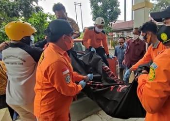 Jenajah Sabarmen Damanik dievakuasi Tim BPBD Kota Pematangsiantar keruangan jenajah RSUD dr Kota Pematangsiantar