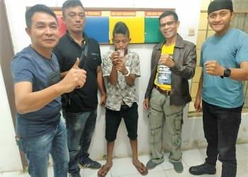Kapolsek Padang Hilir AKP Hilton Marpaung dan tim opsnal Unit Reskrim mengapit pelaku Hanafi alias Nafi sembari menunjukkan barang bukti sabu