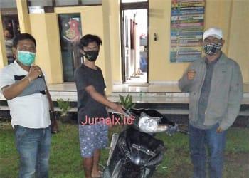 Kanit Reskrim IPTU J.W Saragih dan Tim Opsnal mengapit Pelaku Curanmor Siswanto alias Siwo serta barang bukti