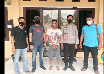 Tersangka IP alias Iwan diapit Kanit Reskrim AIPTU Tumpak Simarmata dan Tim Libas Polsek Siantar Martoba