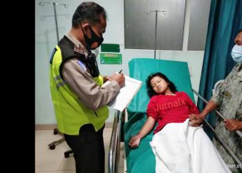 Personil Unit Laka melihat kondisi Evelin Boru Simanjuntak di rumah sakit