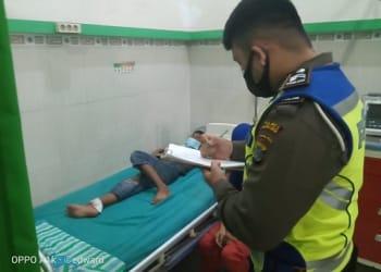 Personil piket unit laka melihat kondisi Korban Muhammad Fariz di rumah sakit